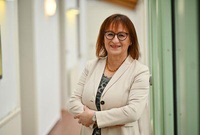 Charlotte Helzle, Geschäftsführerin der hema electronic GmbH, eine starke Frau und erfolgreiche Unternehmerin, gibt Interview für das VDMA Magazin und steht vor allem für eins: Frauenpower